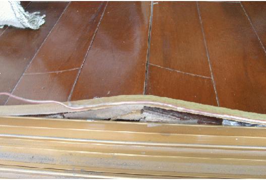 甚至漆面挤裂木地板与墙面之间构造伸缩预留不足
