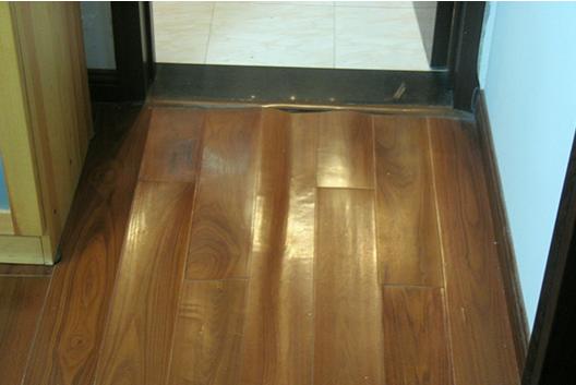 将伸缩缝用小木片,石膏,腻子填实,或者用踢脚线钉死,使地板无法伸展